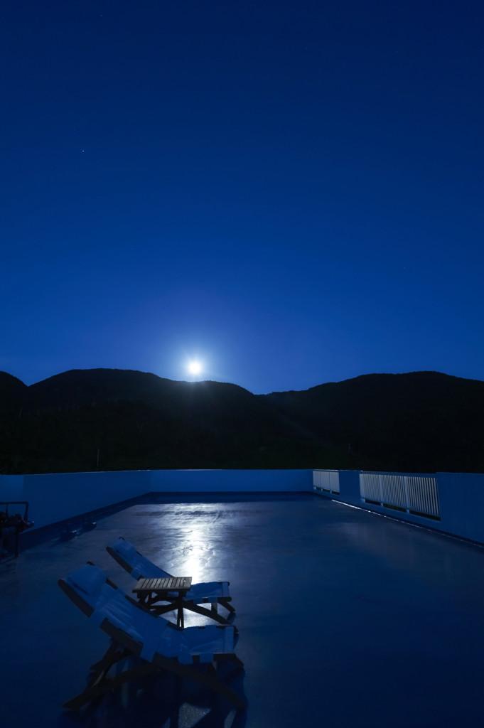 屋上から眺める月