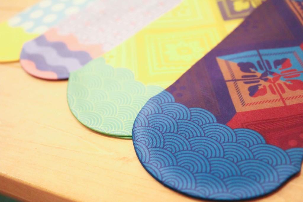 大島紬の柄をモチーフにしたカラフルなレッグウェア