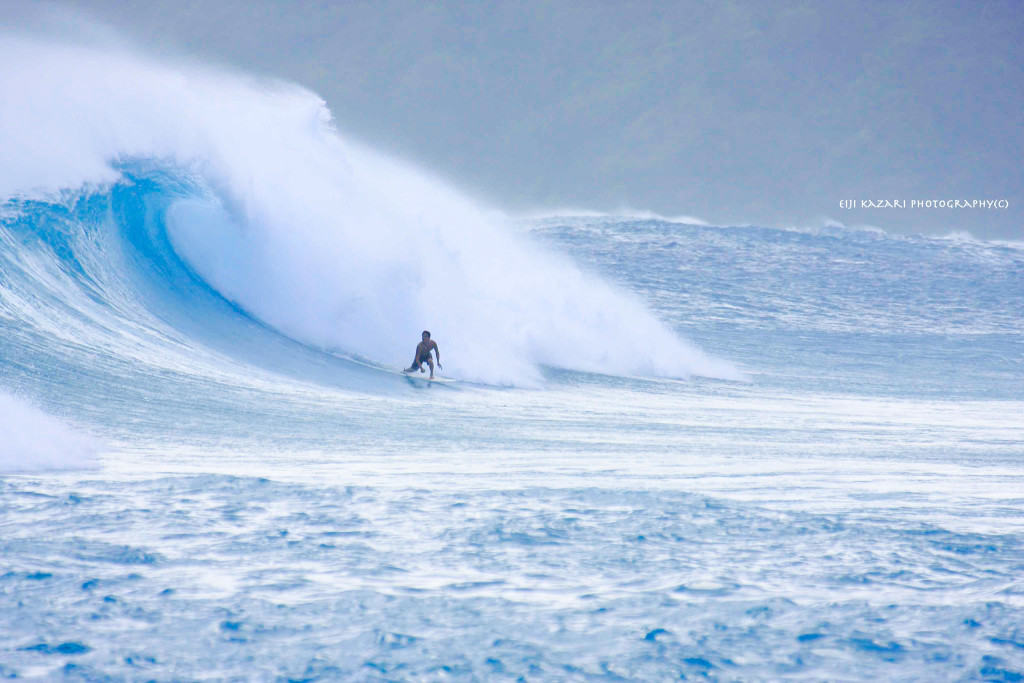 サーフィンをする碇山勇生(奄美)