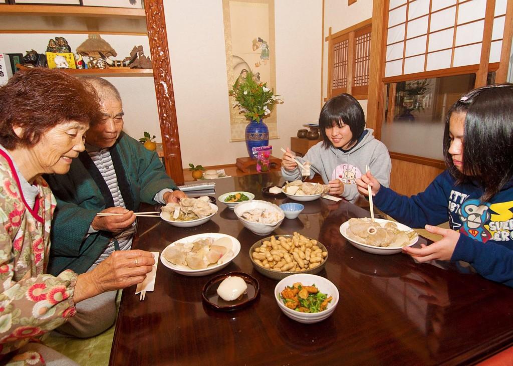 奄美の食卓(祖父母と孫)