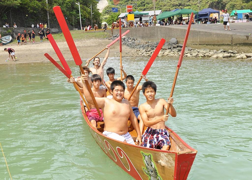 舟漕ぎ競争をする子供たち