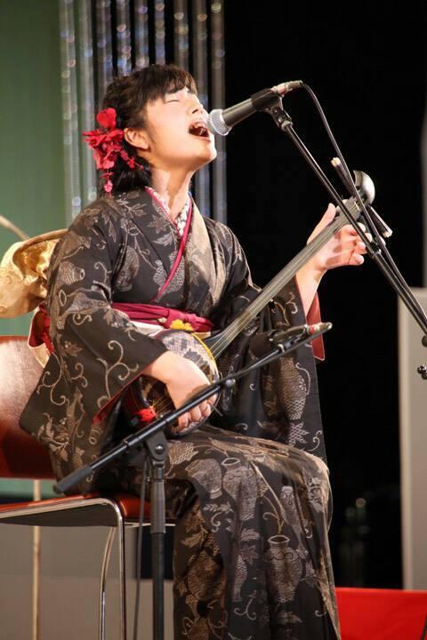 大島紬を着て唄う楠田莉子さん
