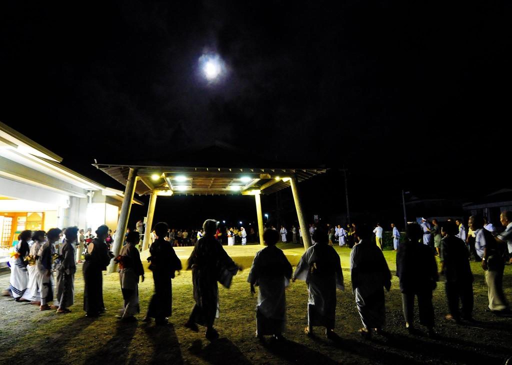 奄美の八月踊り、土俵を囲み踊る