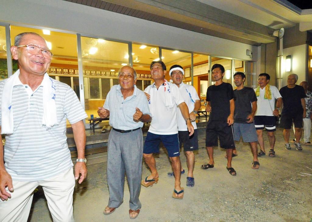 奄美の八月踊りは老若男女が楽しむ