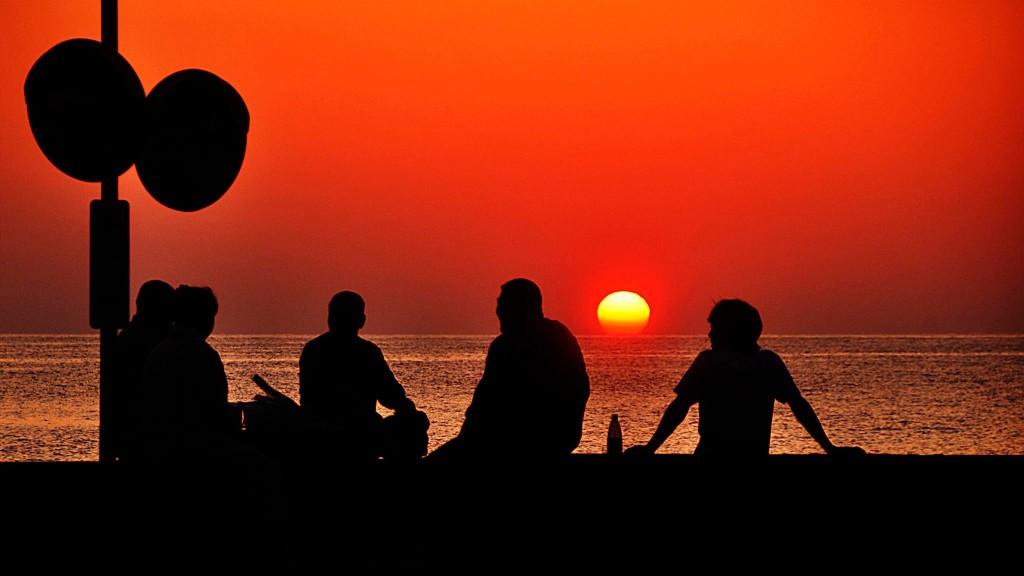 国直海岸の夕日を見る人たち(奄美)