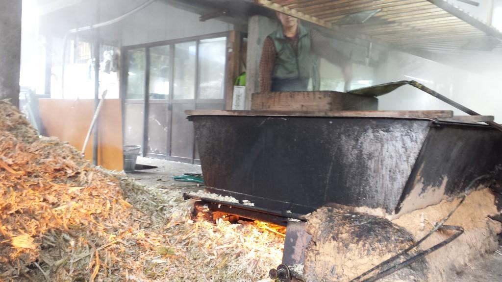 サトウキビの汁を炊き上げる