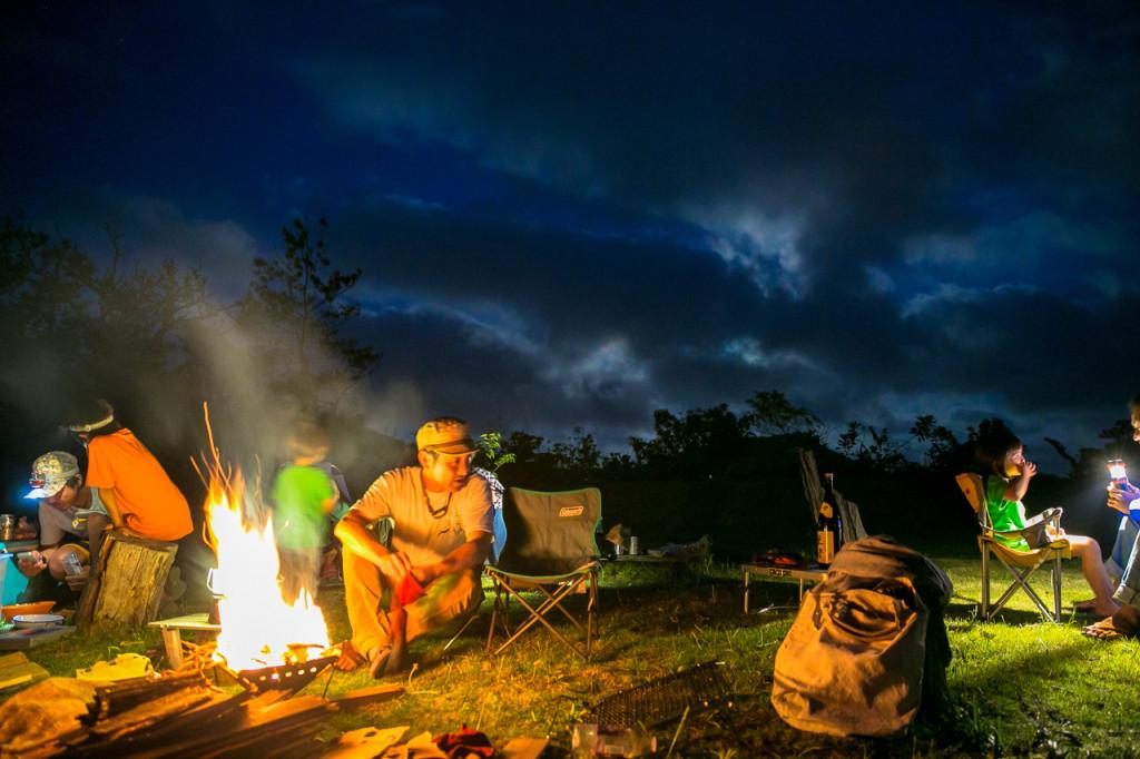 火を囲み、思い思いに過ごすキャンパー(KOYA)