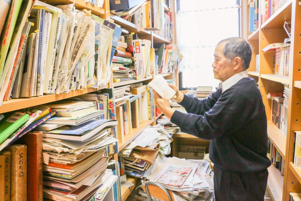 「奄美のトラさん」こと花井恒三さん自宅の本棚
