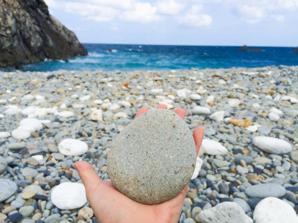 瀬戸内町古仁屋、丸い石のホノホシ海岸