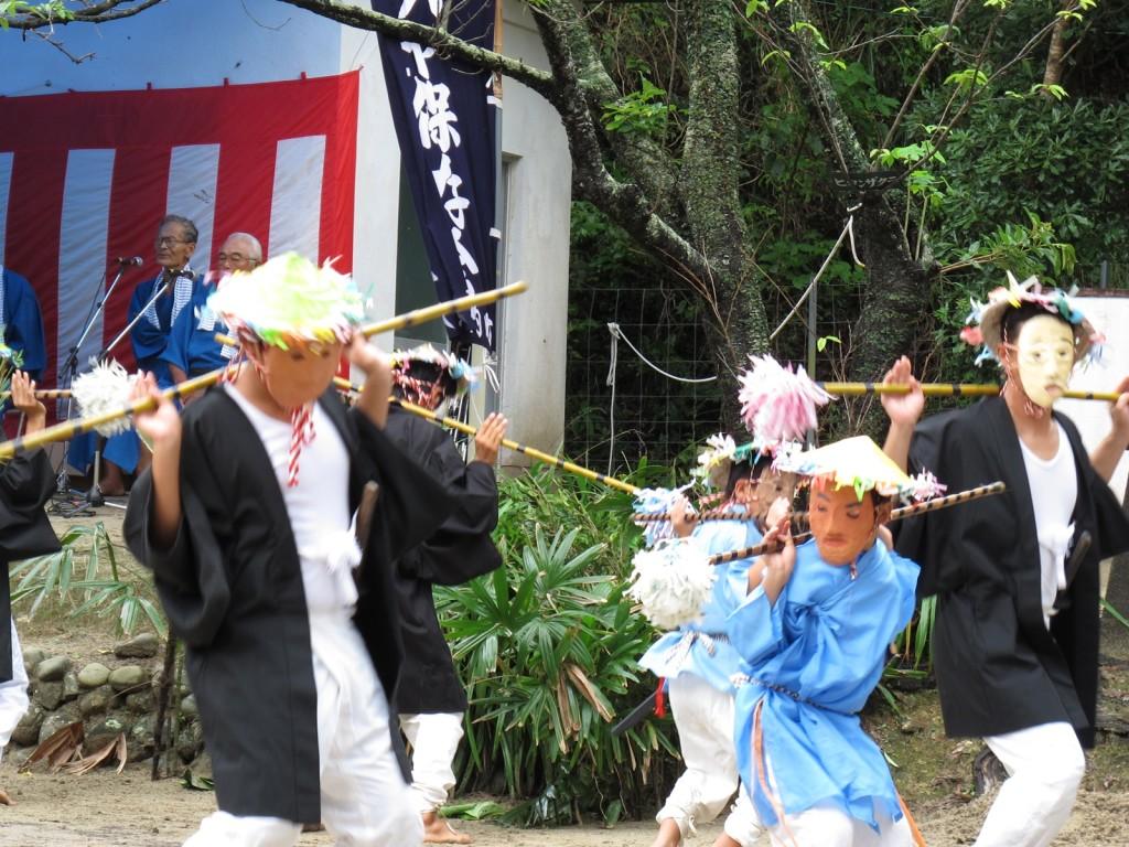 加計呂麻島の諸鈍シバヤ:カビディラ(お面)を着けて踊る