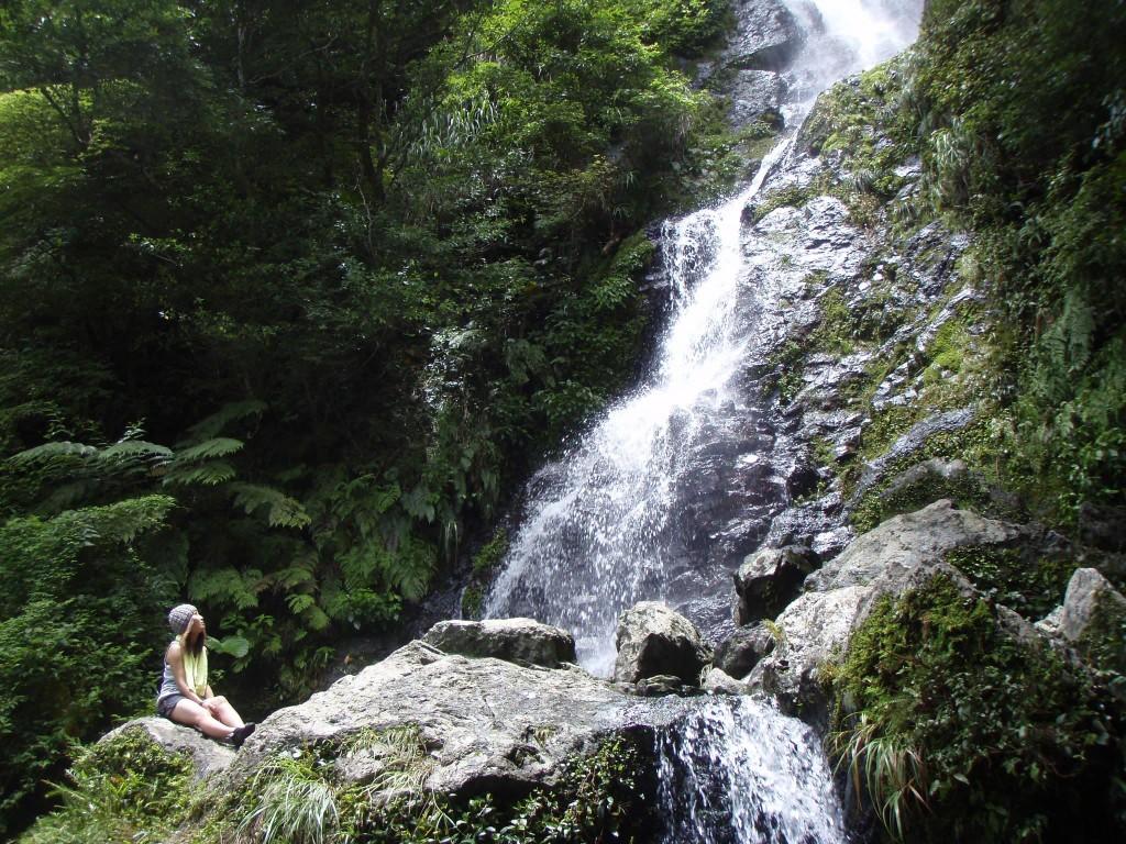 滝を眺める女性