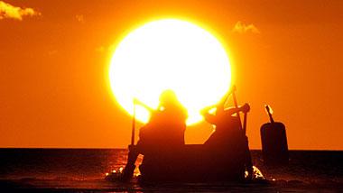 国直集落に伝わる夏の風物詩「アイノコ舟」と「舟漕ぎ競争」