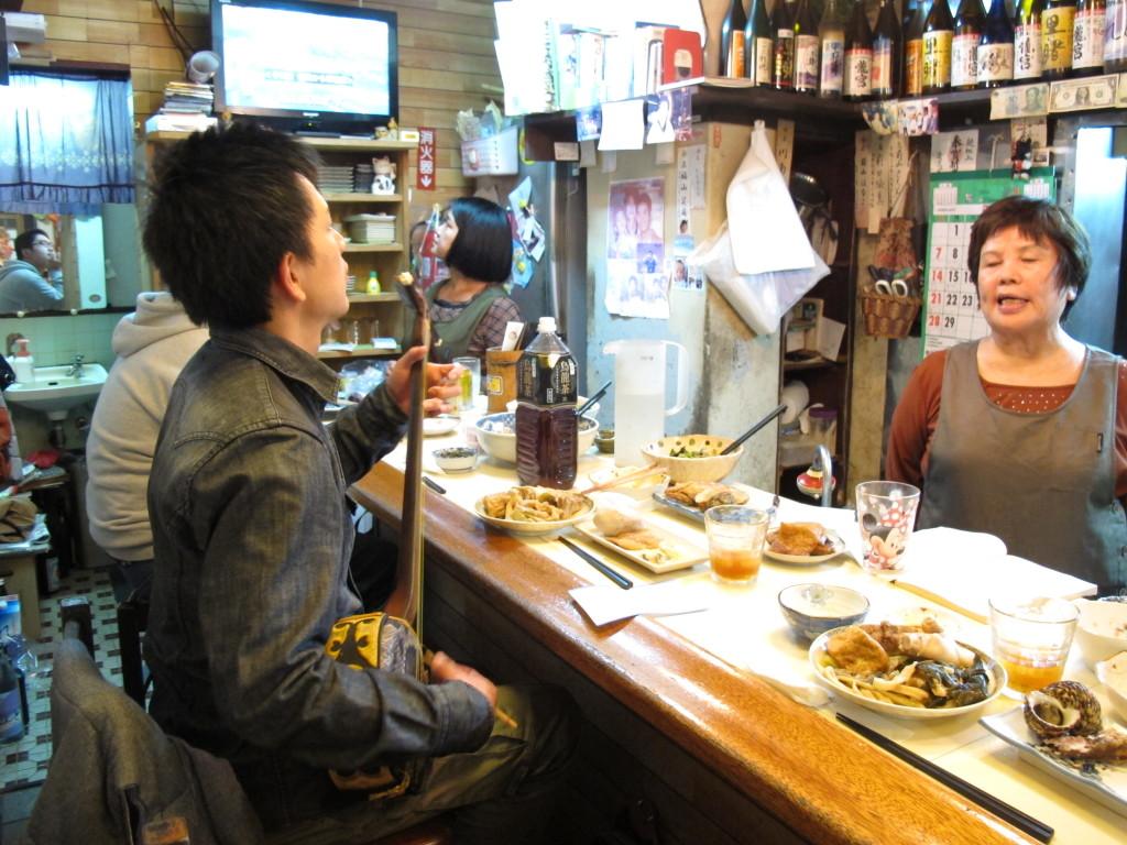 飲食店で唄う前山真吾さん