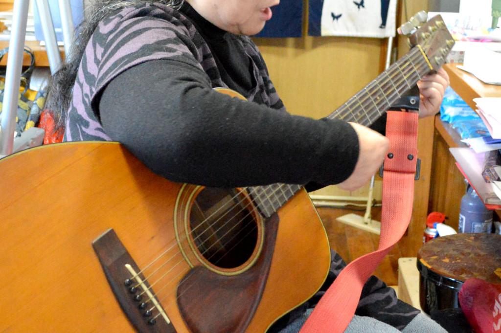 ギターを弾く女性(久永美智子)