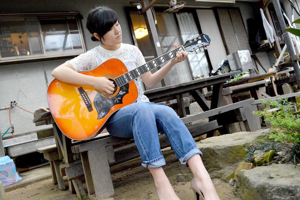 ギターを弾く楠田莉子