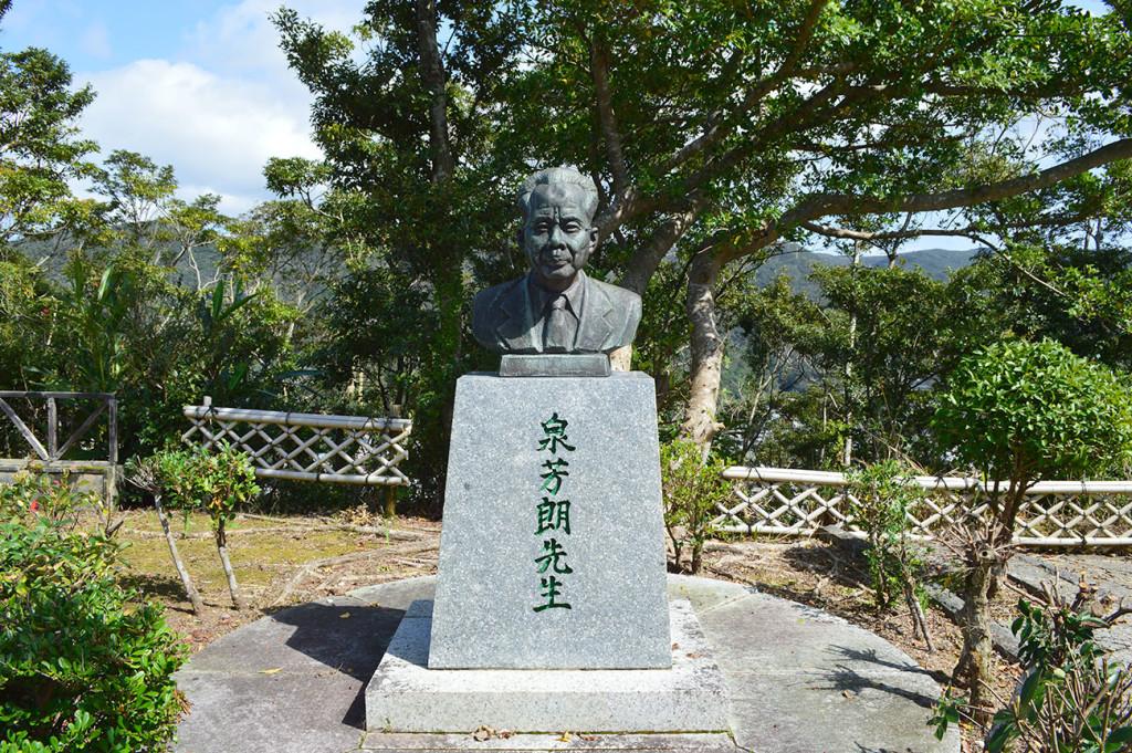 おがみ山にある泉芳朗氏の銅像