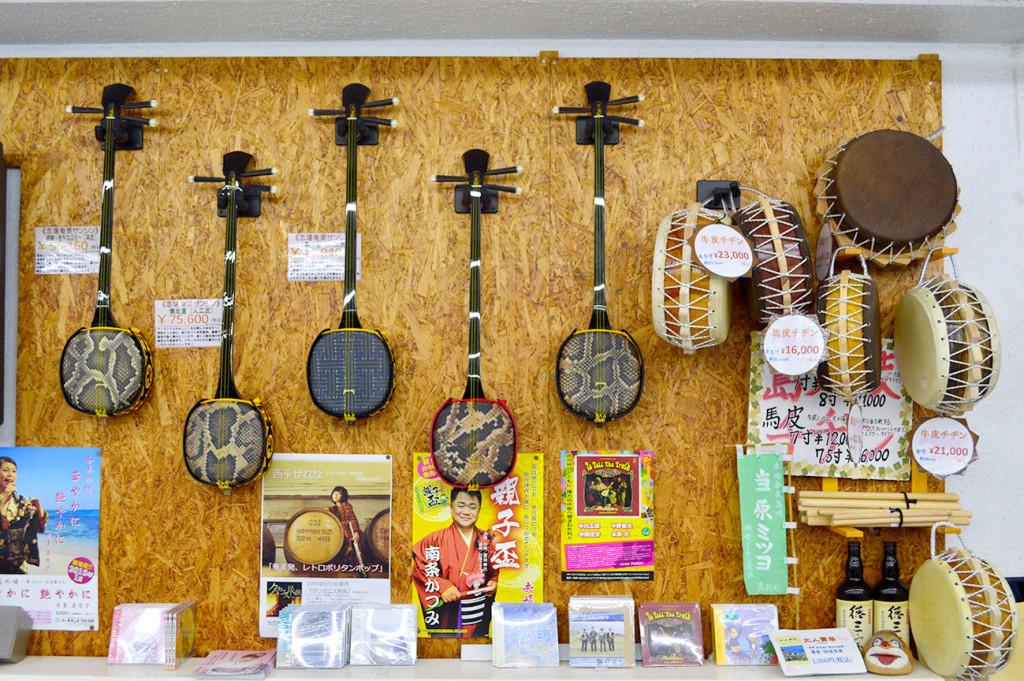 奄美の老舗音楽ショップ、セントラル楽器の三味線コーナー