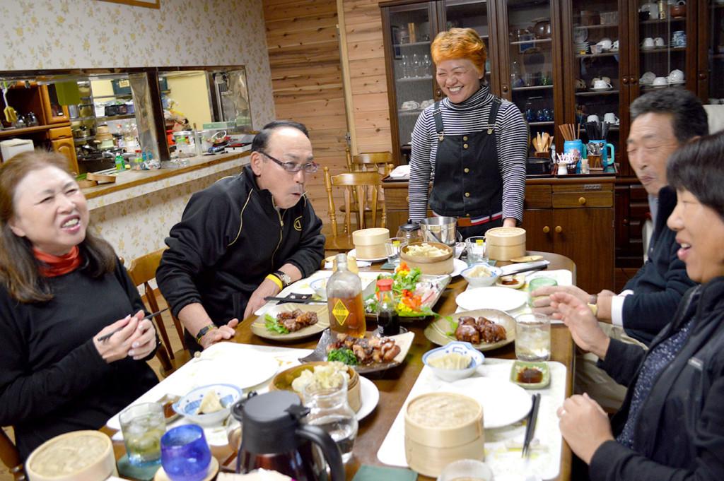 龍郷町赤尾木マリンテラス、食事の様子