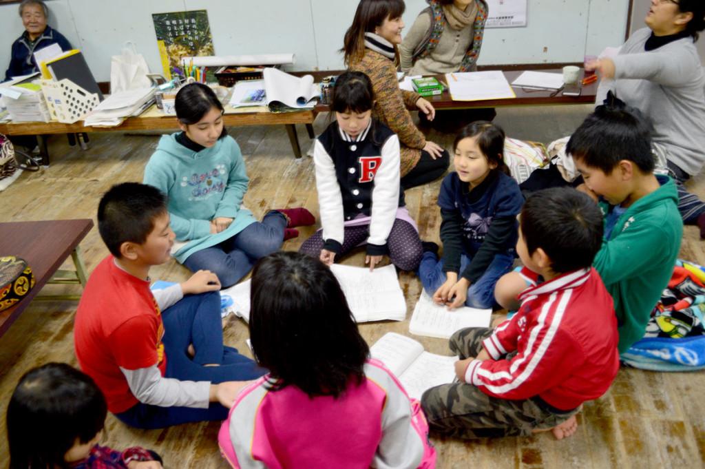 奄美市立笠利小学校「大笠利わらぶぇ島唄クラブ」練習の様子1