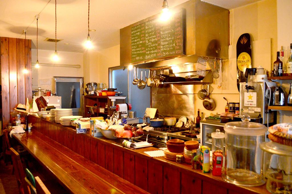 レトロでジャンクな空間の「架空食堂Kurau/クラウ」奄美