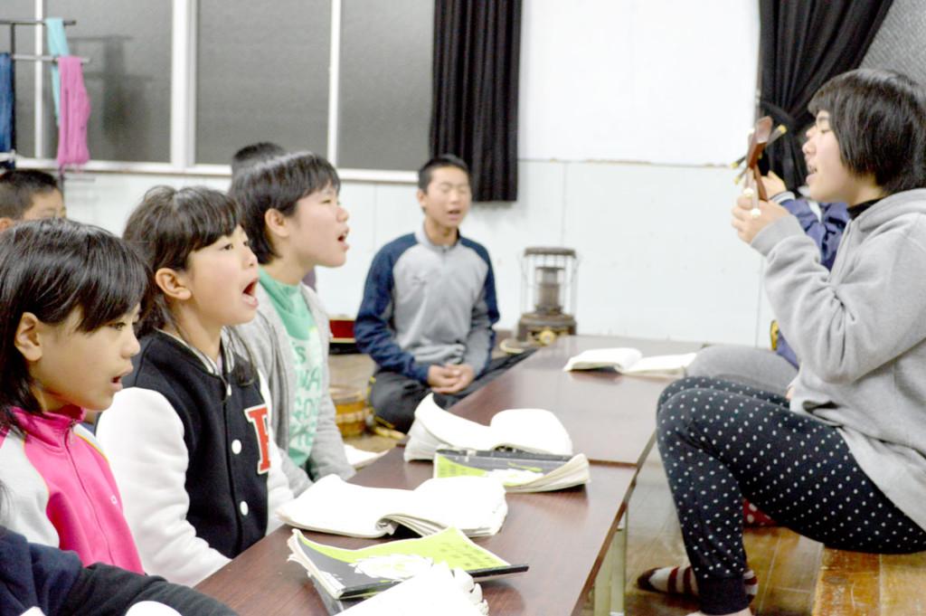 奄美市立笠利小学校「大笠利わらぶぇ島唄クラブ」練習の様子2