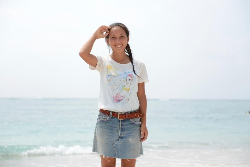 ILAND identityのTシャツを着た女性