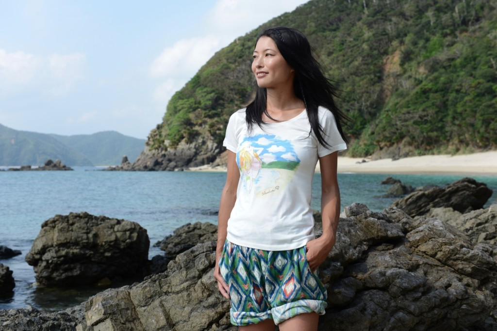 ILAND identityのTシャツを着る女性