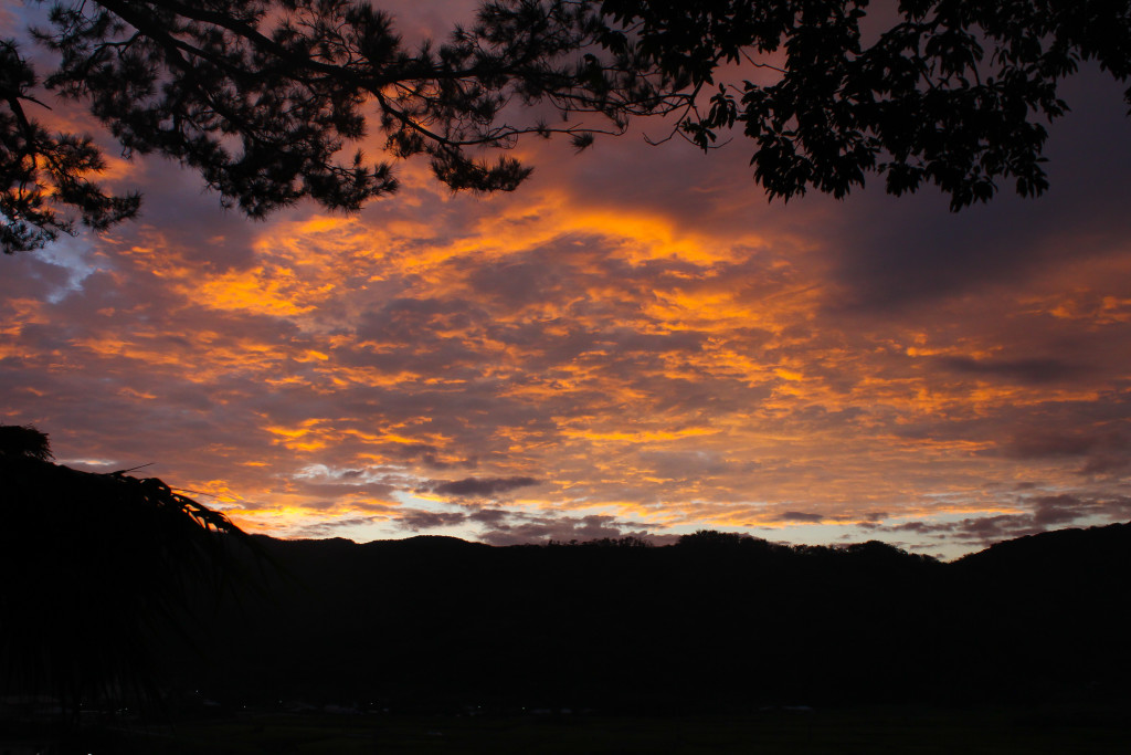 夕日で赤く染まる空