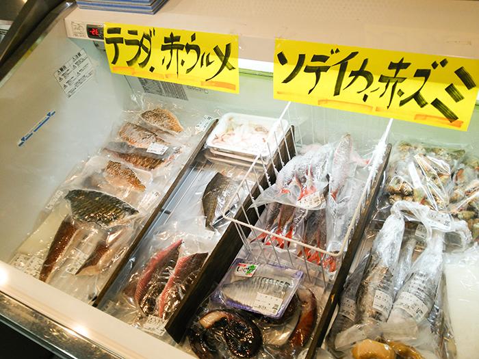 ショーケースの中の冷凍された魚