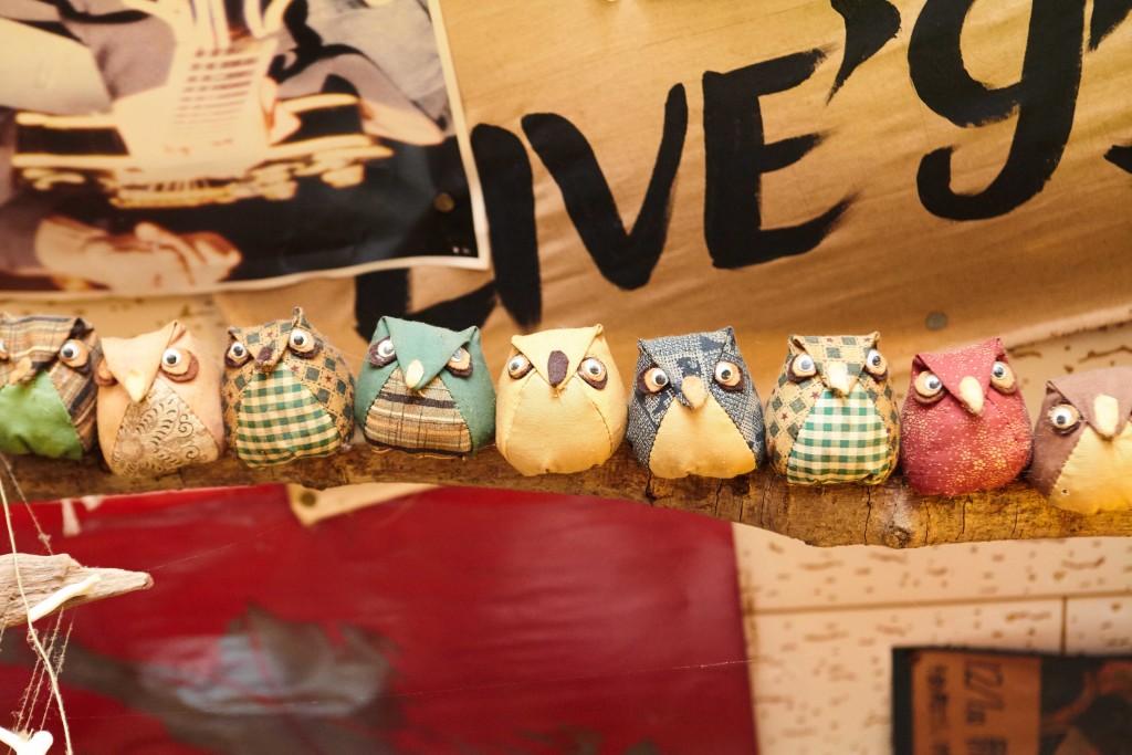 屋仁川、奄美郷土料理居酒屋「一村」フクロウが並んだ可愛い店内装飾