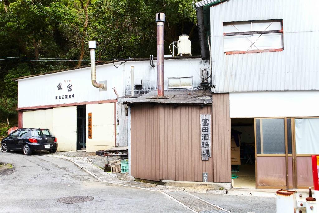 入舟町にある富田酒造場外観