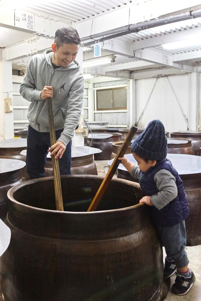 富田酒造場、焼酎作りを手伝う5代目