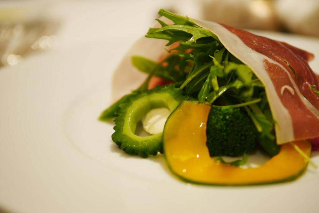 水牛のモッツアレラとフルーツトマトのサラダ仕立てカンパーニャ産生ハム添え