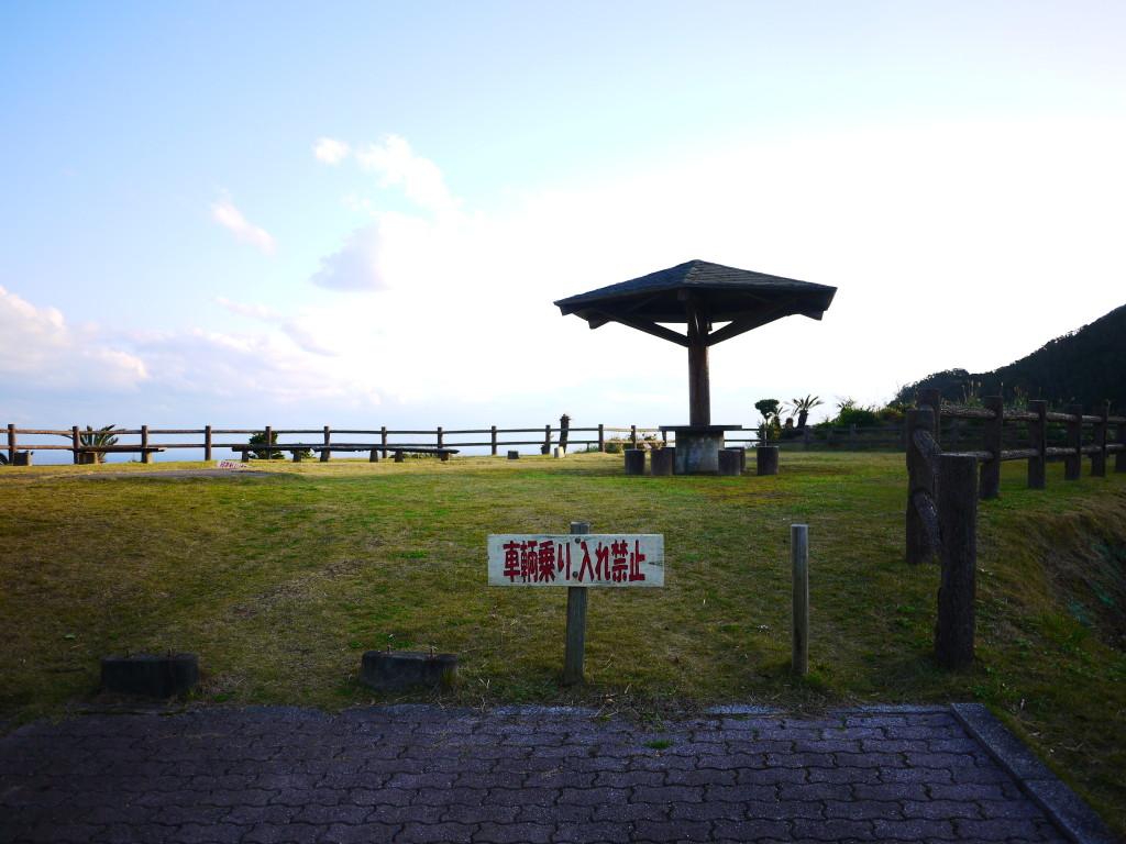 安脚場戦跡公園、ベンチやテーブルもある