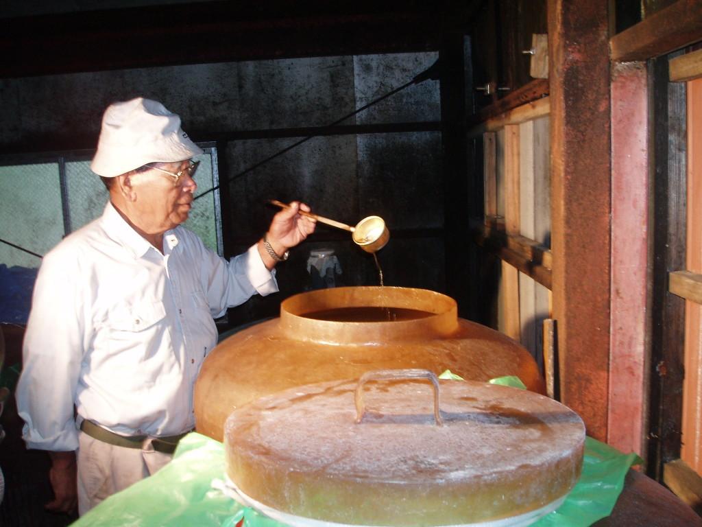 かけろまきび酢を確認する男性