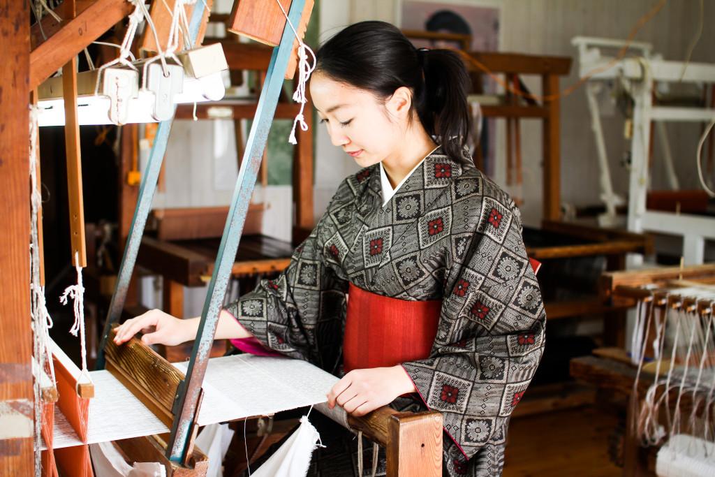 大島紬村では機織り体験もできる: