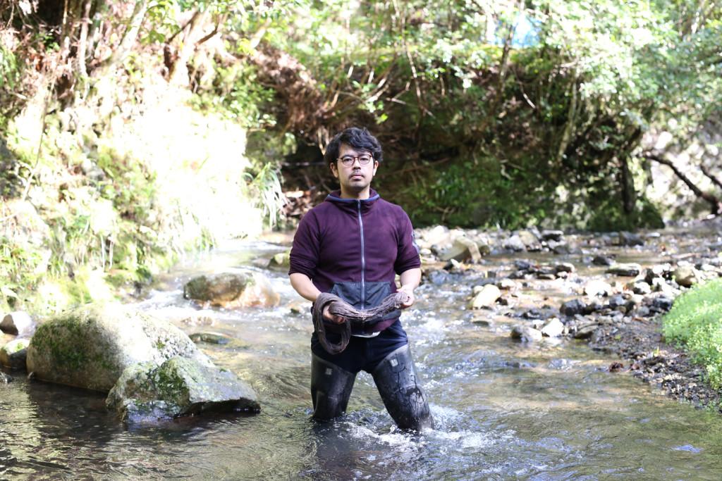 渓流に入る金井志人