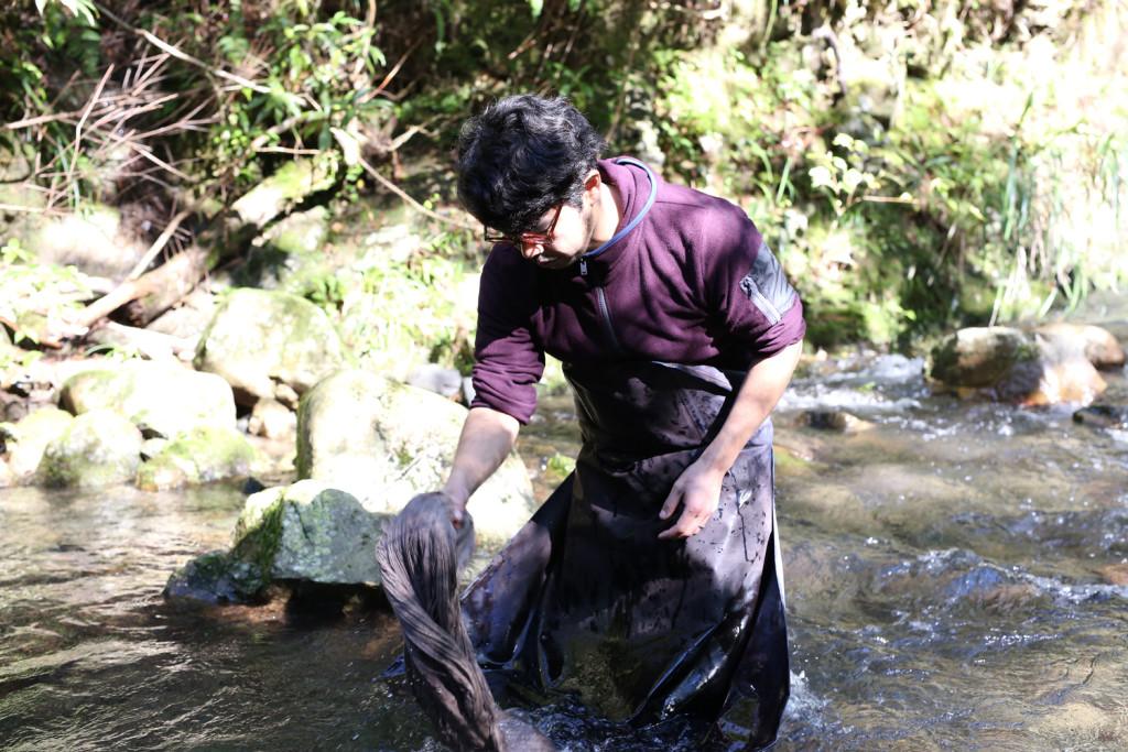 泥を洗い落とす金井志人