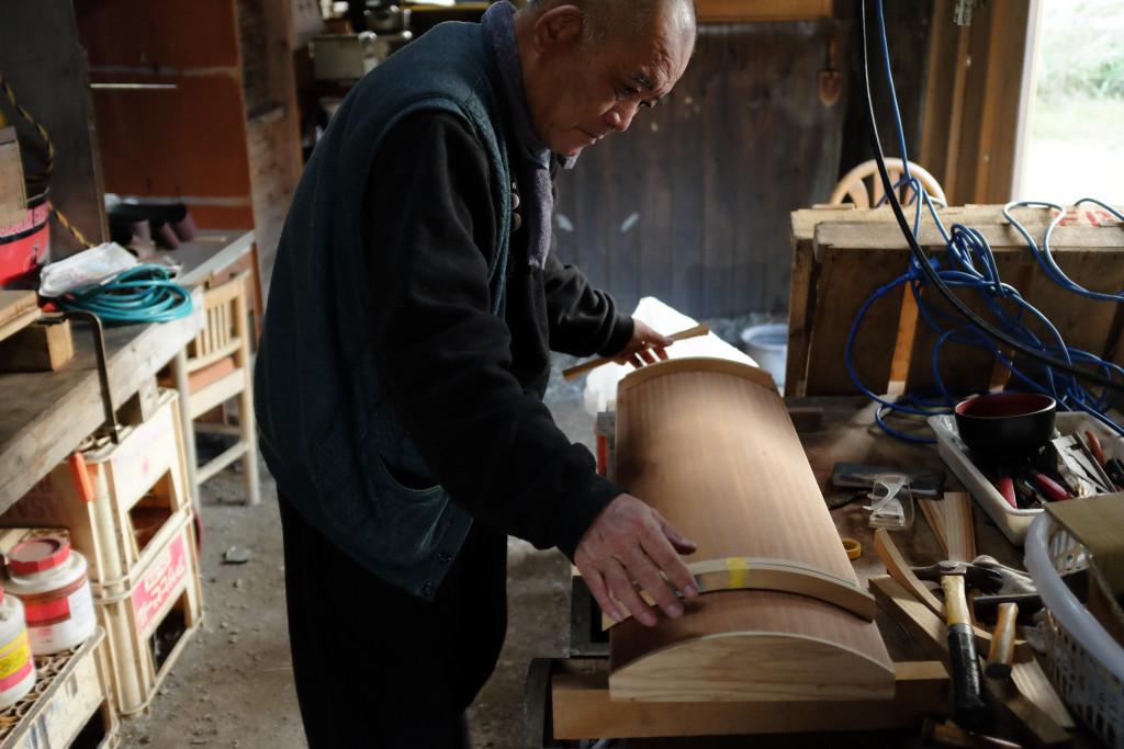 自宅で奄美竪琴を作る盛島貴男