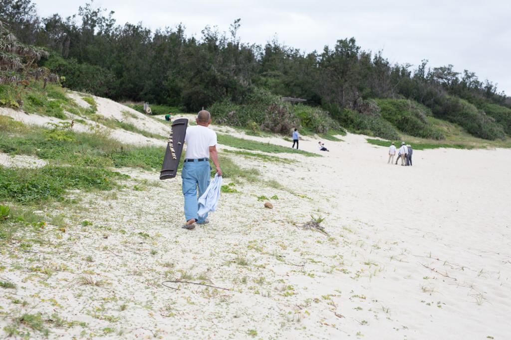 砂浜を歩く盛島貴男