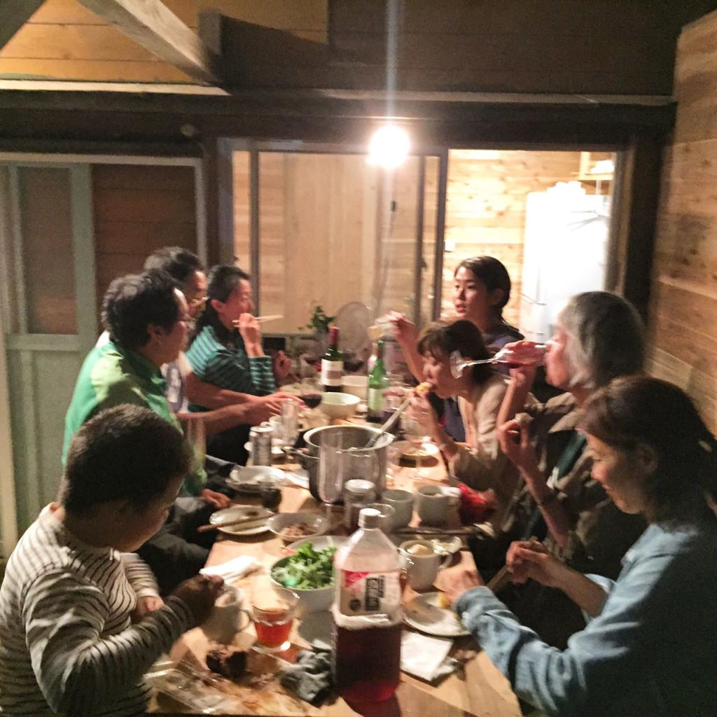 加計呂麻島、ゲストハウスKamudyみんなで囲む食卓