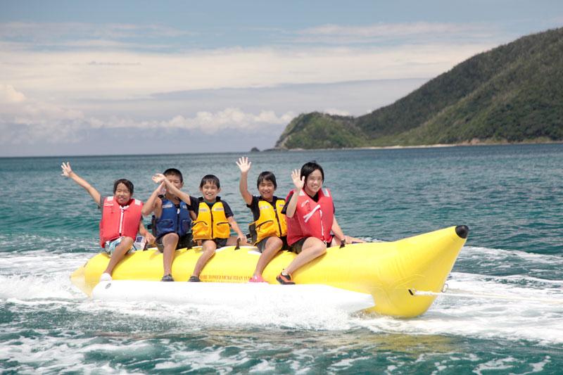 バナナボードに乗っている子供たち