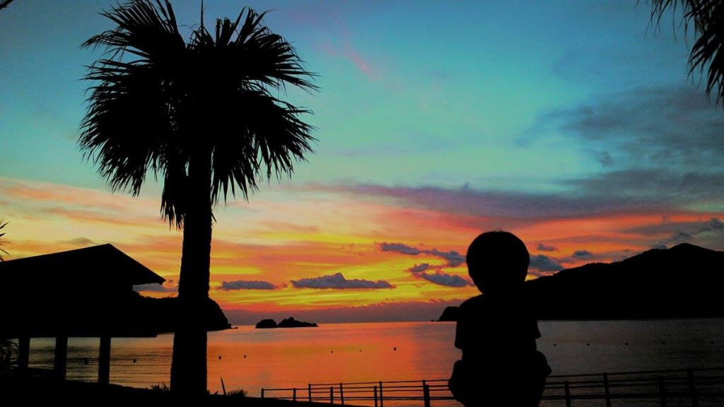 宇検村の夕焼けを見る子供