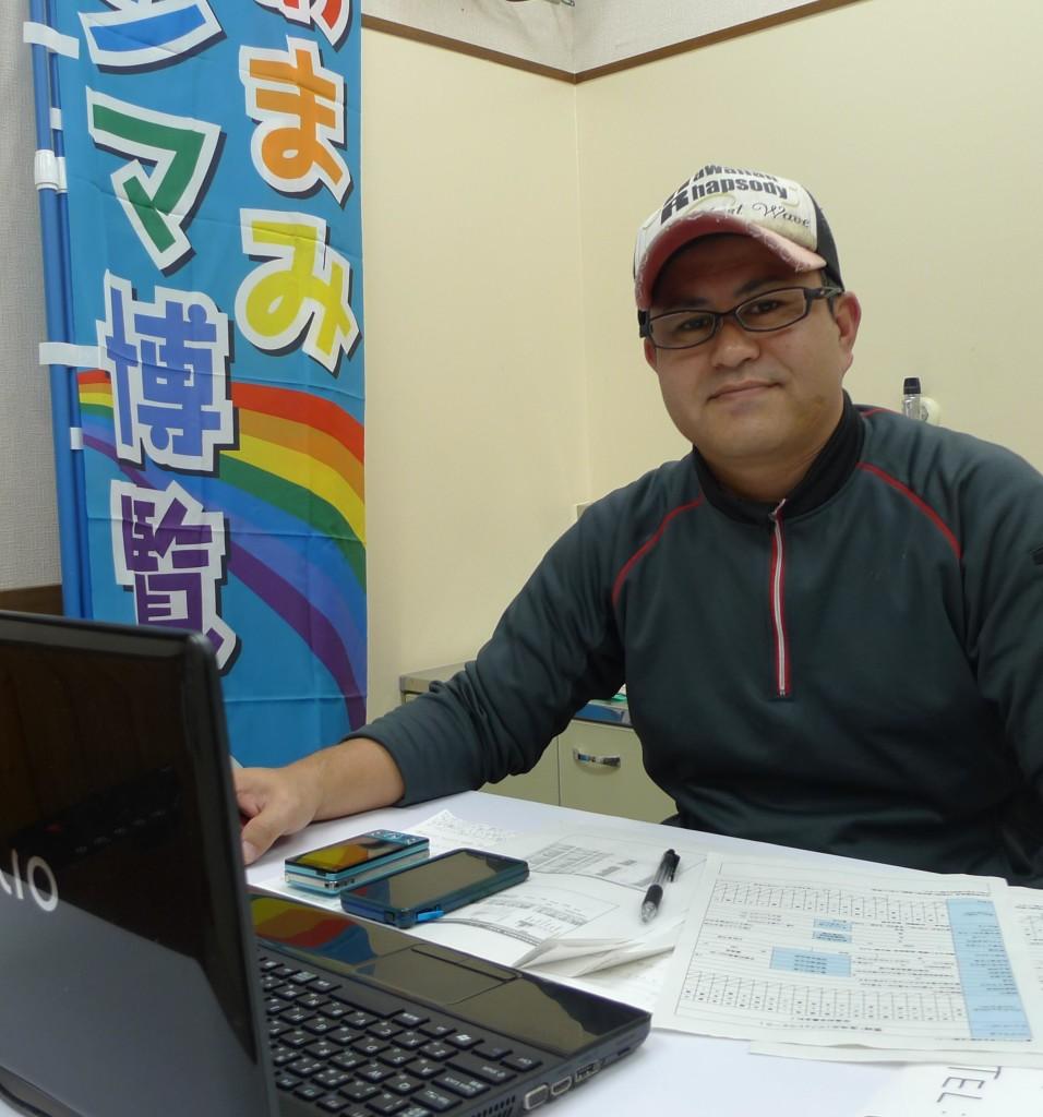 宇検村役場で仕事をする松枝孝一