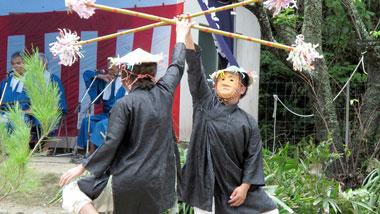 加計呂麻島に伝わるユーモラスな仮面の芸能「諸鈍シバヤ」