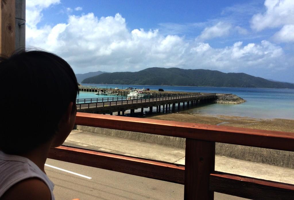 古仁屋の海を眺める少年