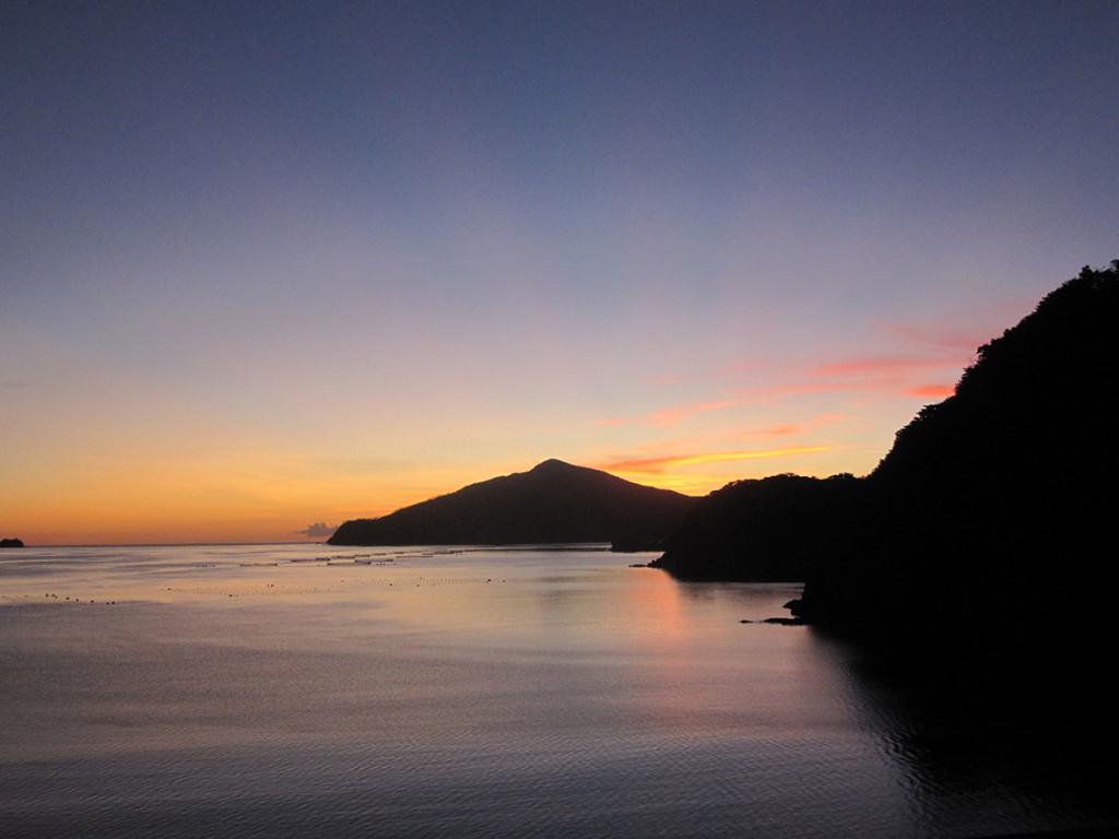 宇検村やけうち湾の夕暮れ