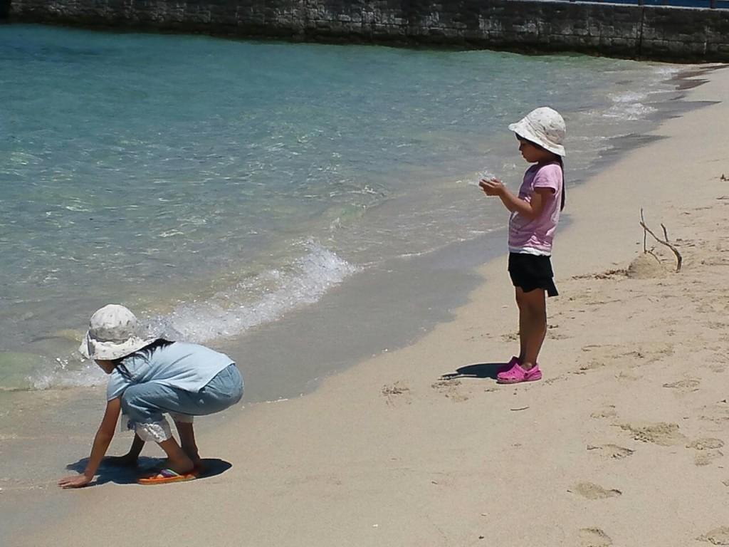 宇検村タエン浜、白い砂浜で遊ぶ子供たち