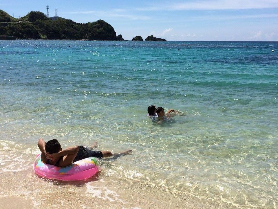 宇検村タエン浜で海水浴をする人