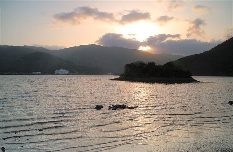 奄美住用、山に沈む夕日